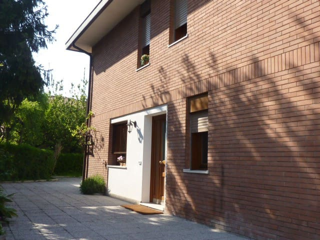Bright, roomy apartment with garden +park - Padova - Huis
