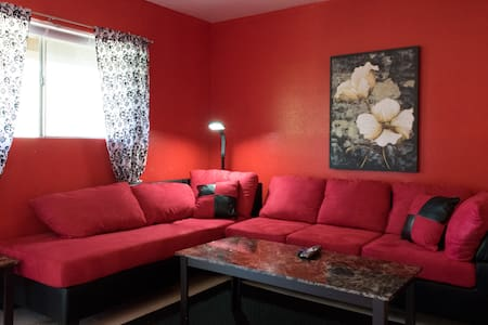 Cozy Red Ruby minutes from Airport! - Humble