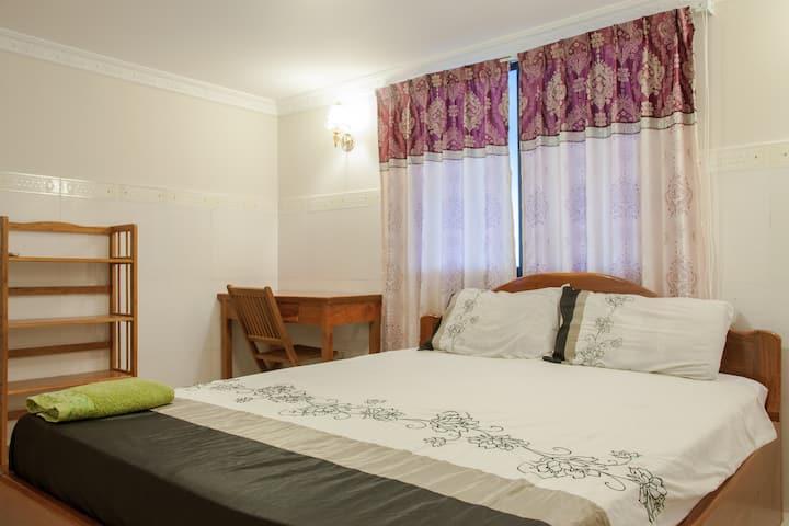 M.  Private room in alleyway house with en suite