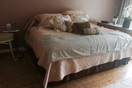 Large, sunny room with private bath - Franklin Township - Αρχοντικό