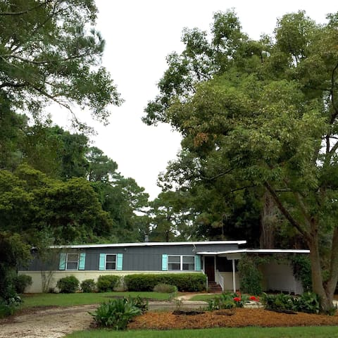 Bartow Bungalow, by it all - Saint Simons Island - Casa