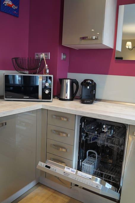 Lave-vaisselle, micro-ondes, cafetière et bouilloire