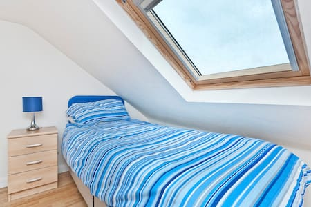 Bright Loft Room Close To Airport with Breakfast. - Northolt