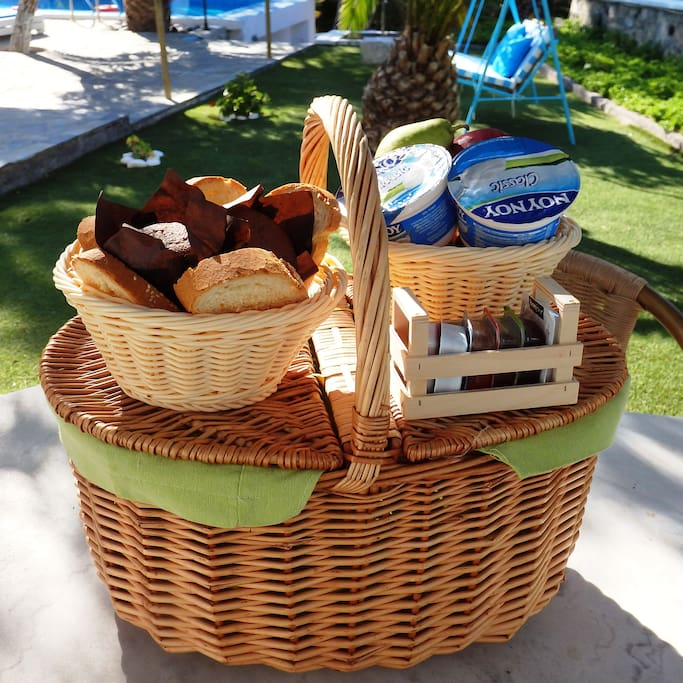 Everyday when you wake up, a breakfast basket is given to you at your door. Breakfast is different every day, pies, waffles, pancakes, omeletes staying here you will taste everything!
