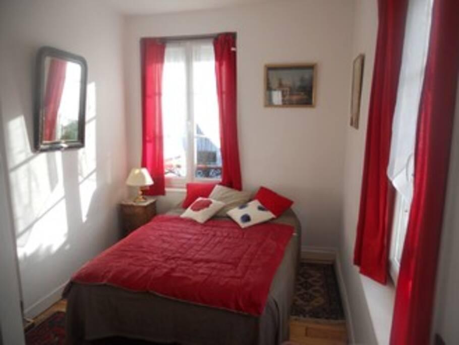 La chambre d'hôtes est au deuxième étage, par l'escalier. Elle est indépendante.