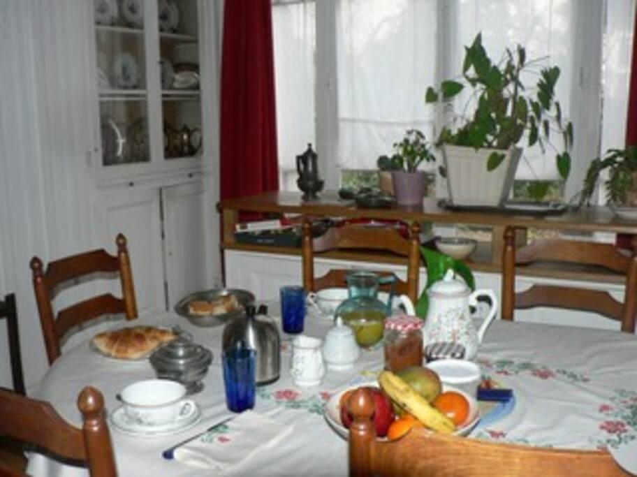 Le petit-déjeuner est servi jusqu'à 10h00, dans la salle à manger, suivant vos souhaits : café, thé, chocolat au lait, confiture maison, ...