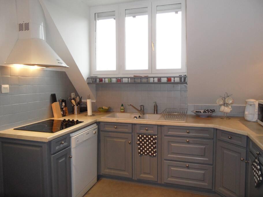 La cuisine équipée avec lave vaisselle, four, machine à café