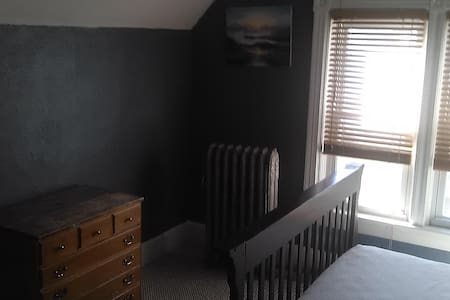 Quiet and Comfortable Room (front room) - Providence - House