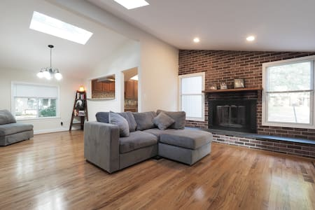 Modern Room in Columbia, MD - Ev