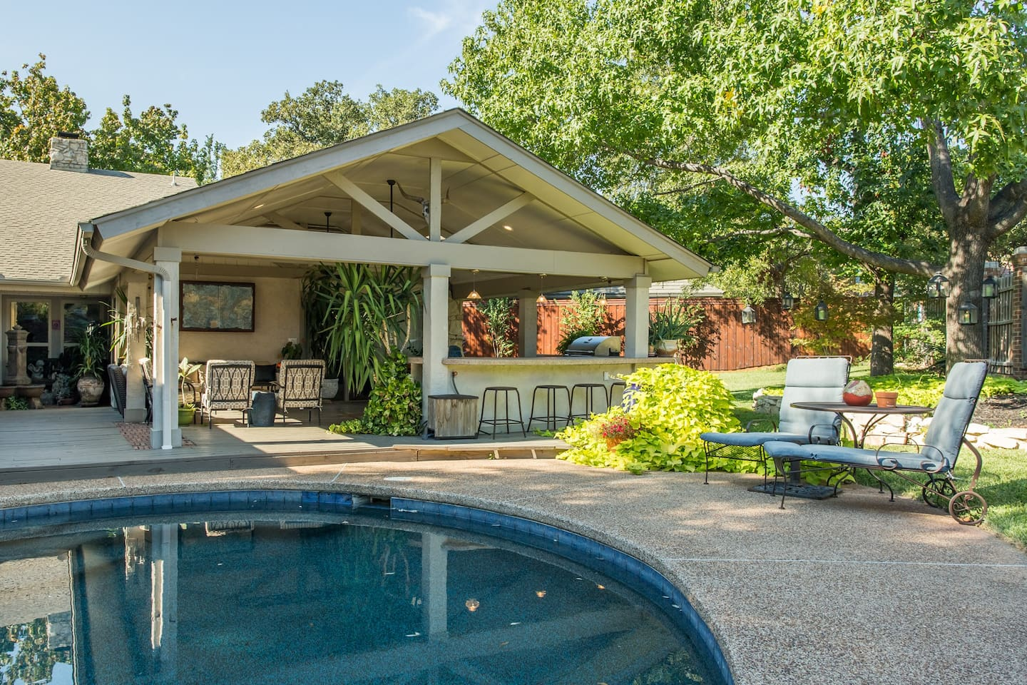 Outdoor bar, pool loungers, cable TV viewing from  pool, couches, table for 10+