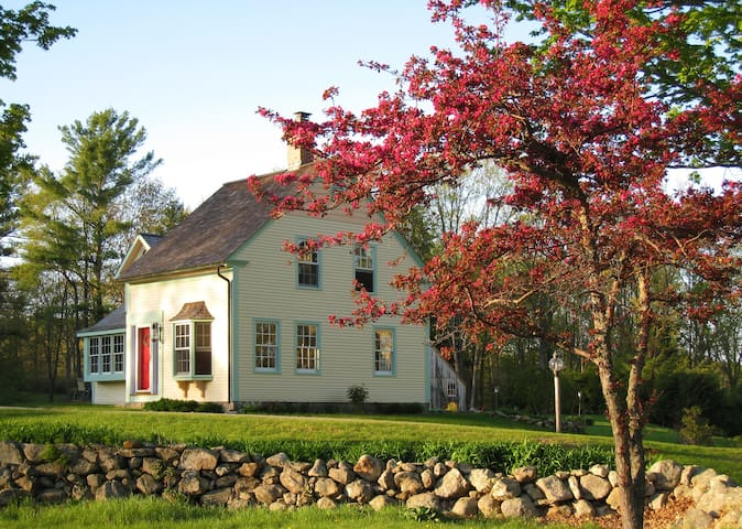 CHARMING, RESTORED STORYBOOK FARM COTTAGE