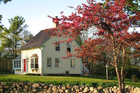 CHARMING, RESTORED STORYBOOK FARM COTTAGE - Casa