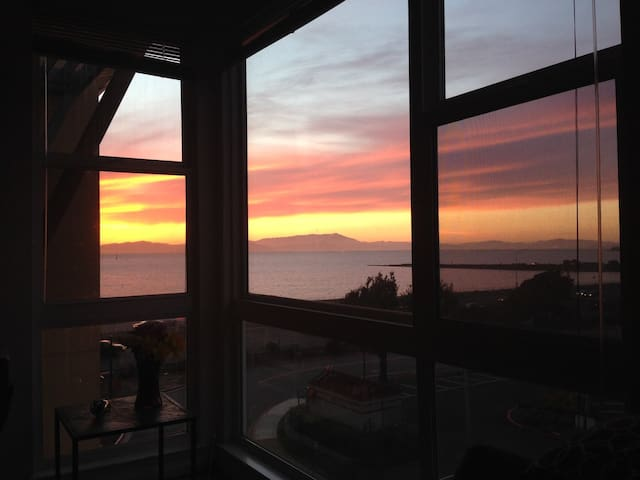 Bright SF Bay Condo w/Water View!