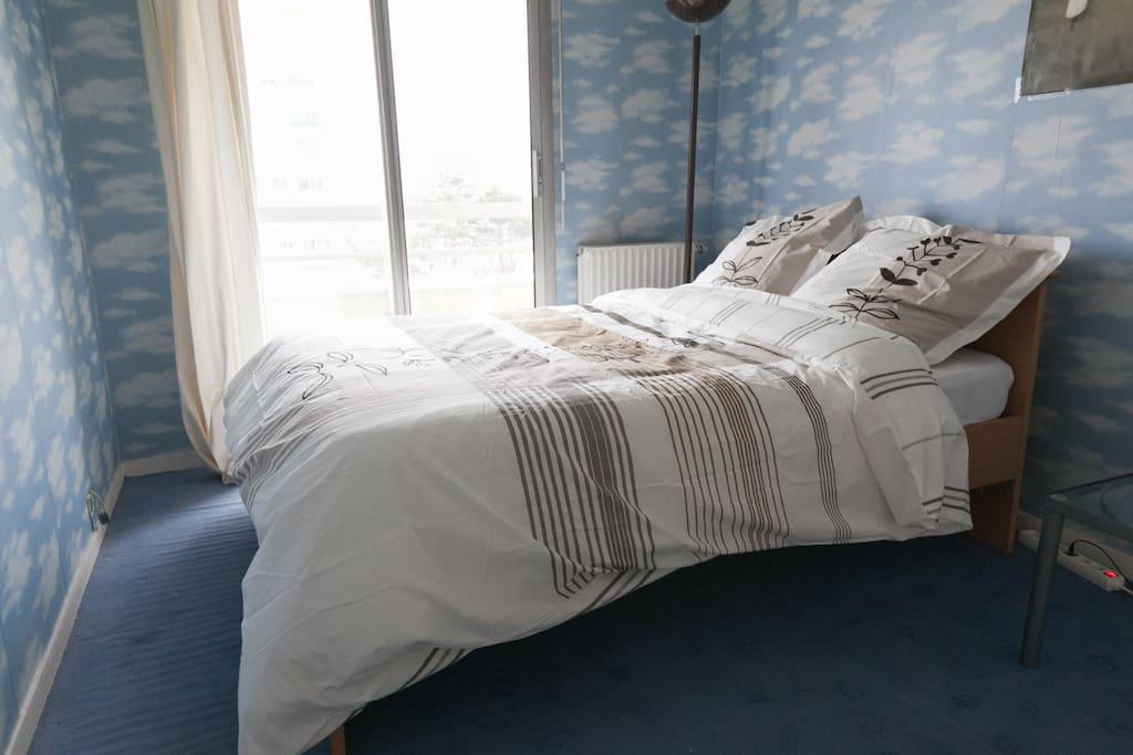 Bedroom with balcony / Chambre avec Balcon
