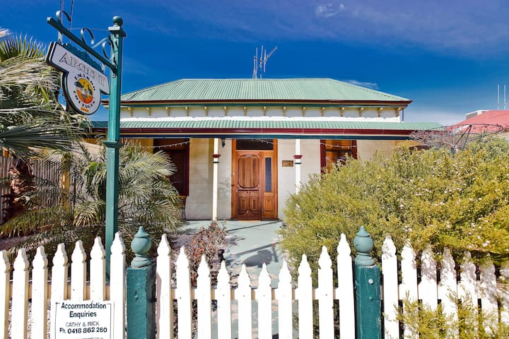 Emaroo Argent - Miners Cottage Pet Friendly