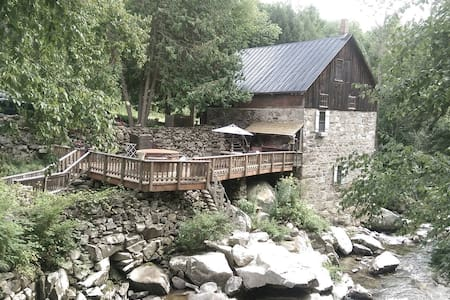 Private room- 30 by 36- the entire lower level with windows open to the river gorge just below. King sized bed , private bath with claw foot tub and shower , billiard room- 1920 Brunswick table . Full access to the mill including the deck and outdoor shower. Wifi .