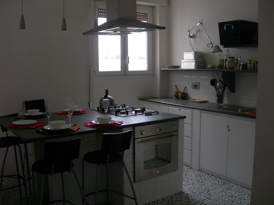 Cucina con 4 fuochi, lavastoviglie, lavello a 2 vasche