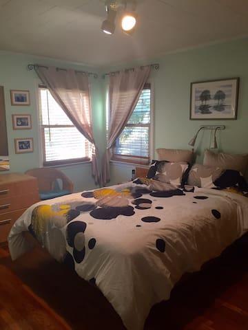 Cozy bedroom with dresser, wardrobe - Valley Stream - House