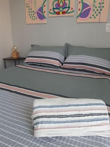 Disfruta y relájate en una amplia y fresca habitación con una cama de dos plazas