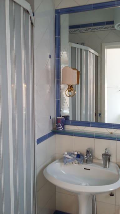 Doccia del bagno in camera