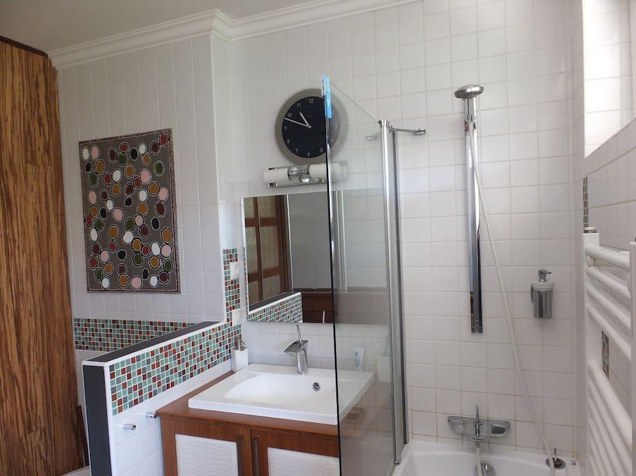 fürdőszoba káddal és zuhannyal