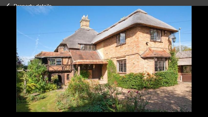Old Wharf Cottage - Riverside Living with Pool - Wraysbury - บ้าน