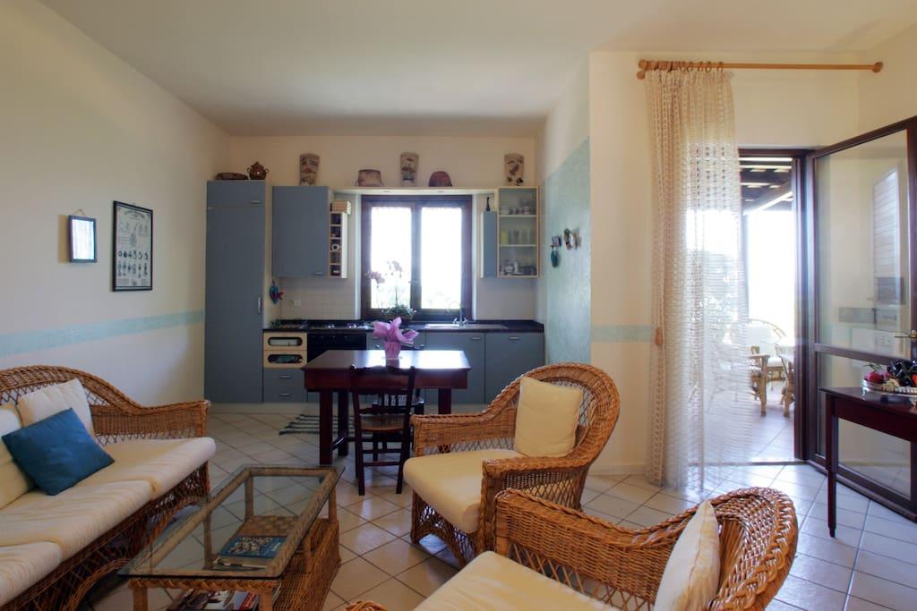 cucina soggiorno con porta e finestra vista mare