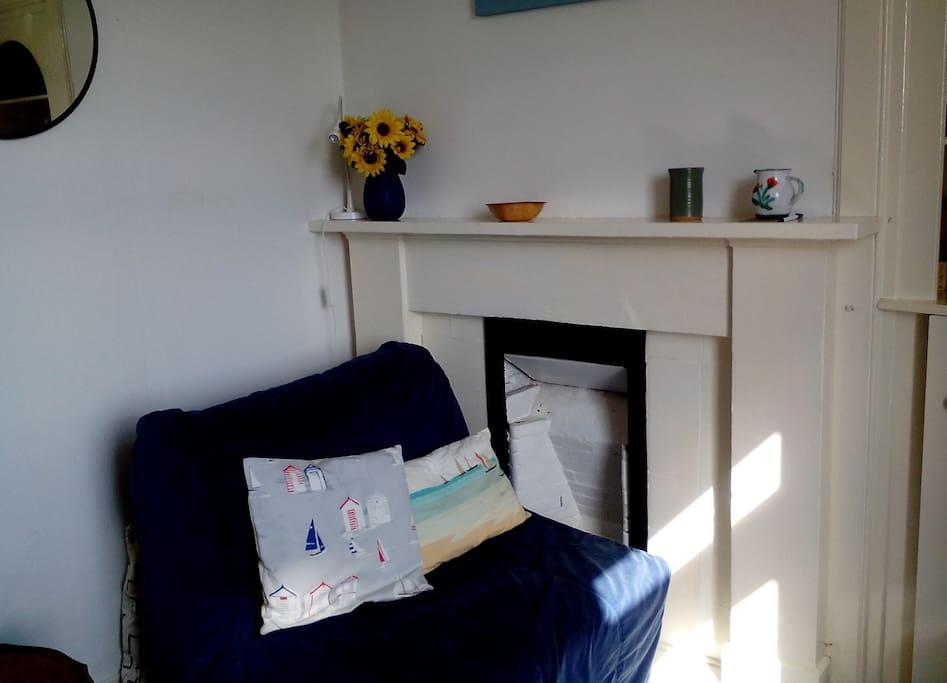 sunny livingroom, single bed settee