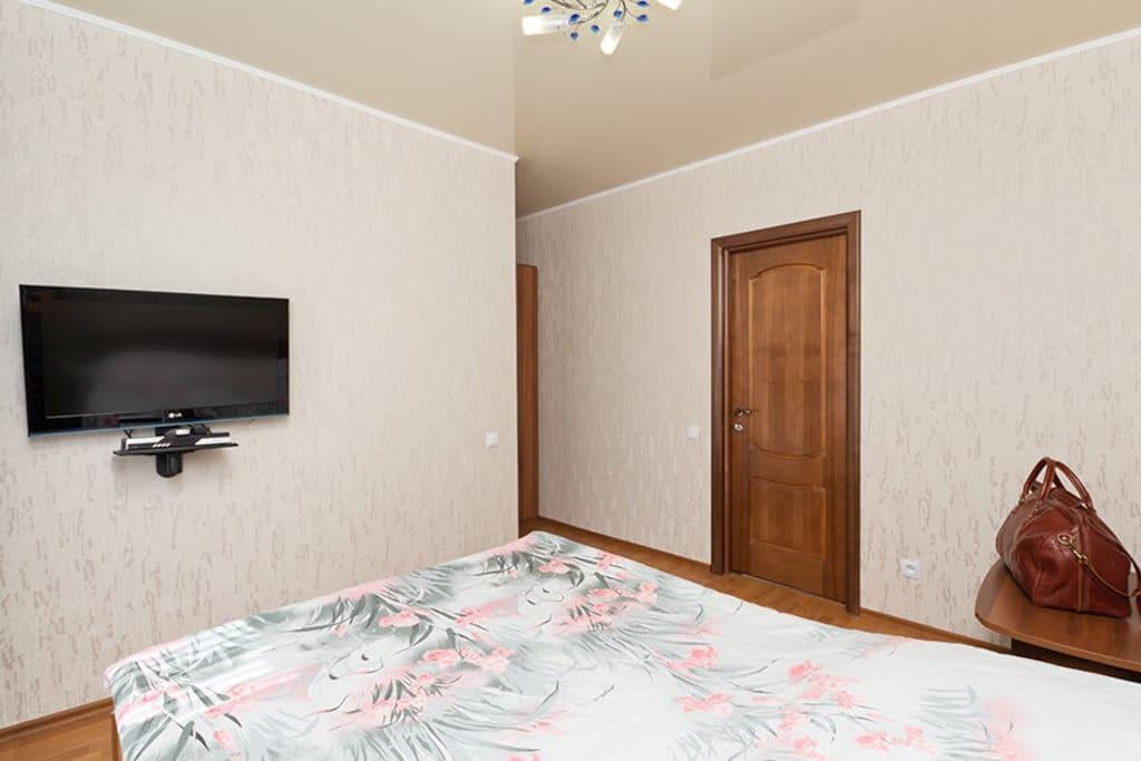 Оборудован двуспальной кроватью с ортопедическим матрасом высокого качества. Комната оформлена в светлых тонах и рассчитан для комфортного проживания одного или двух человек.