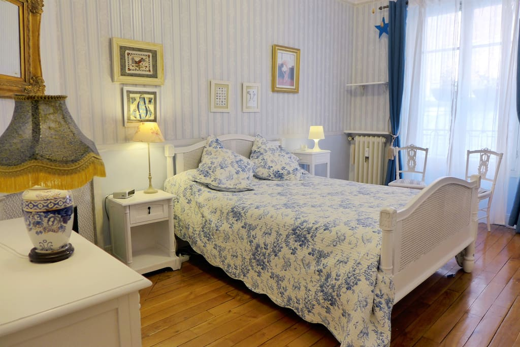 Apt. DUMONT - Montmartre - The bedroom offers a dbl bed and a large window