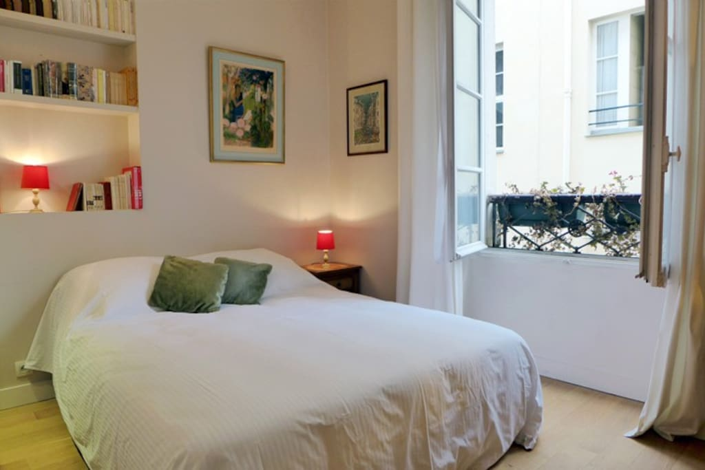Apt. Pont-Neuf - Paris - The bedroom offers a comfortable double bed