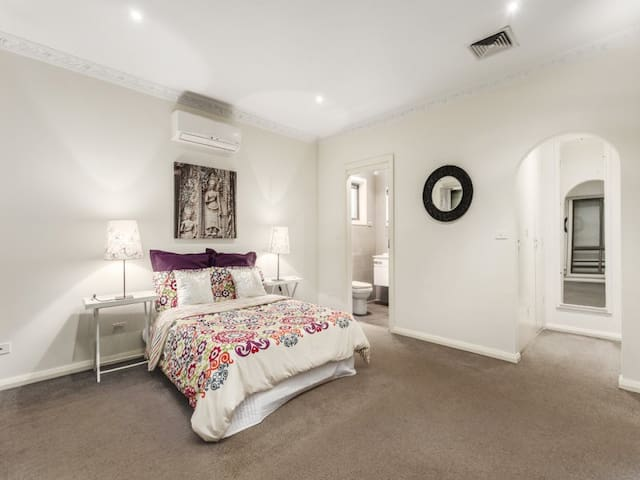 Entire large family home - doncaster  - Casa