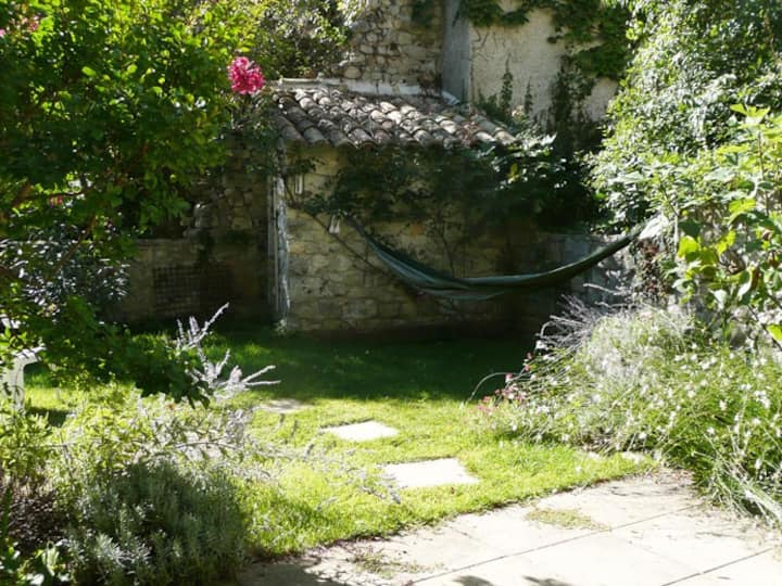 A Sauve, une maison et son jardin avec vue