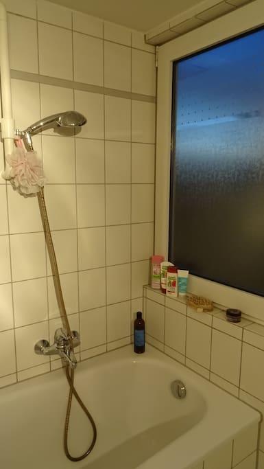 Ein helles Badezimmer mit Badewanne