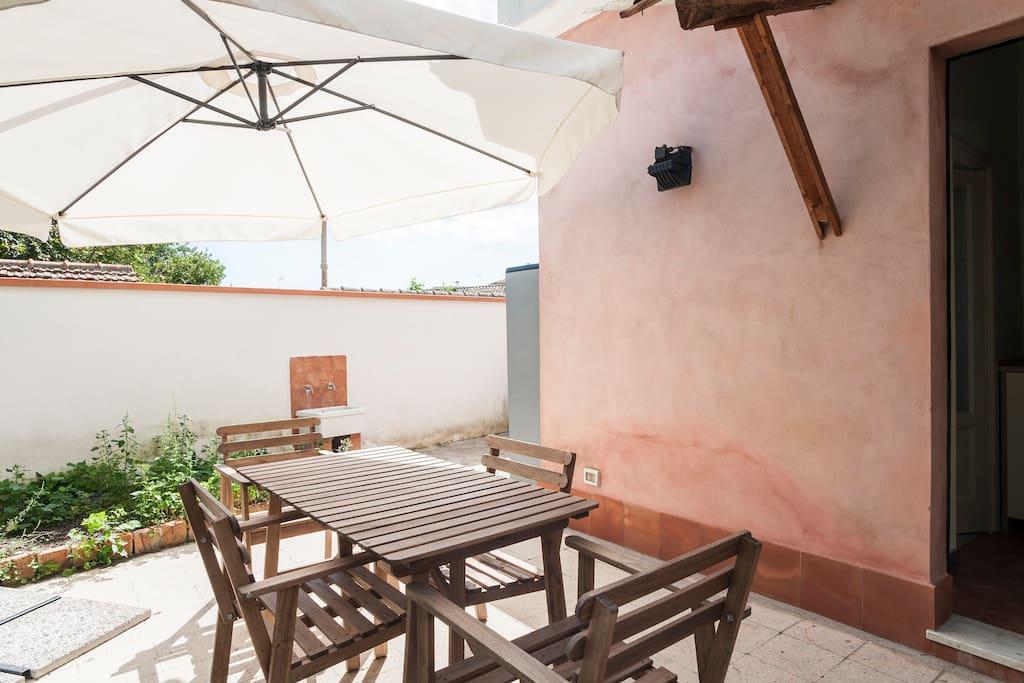 Oltre il giardino soleggiata casa con cortile case in for Casa con cortile centrale