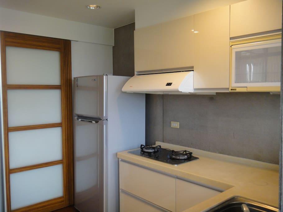 有廚房,冰箱可供使用,您亦可至烏石港或大溪採買海鮮自行烹調.