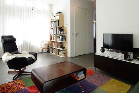 Cozy bright apt. trendy location!