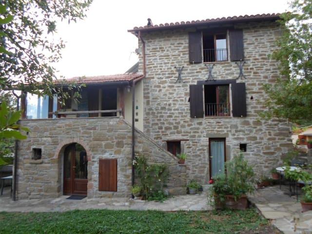 Gli Allori: Casale in pietra nel bosco - Gubbio - Byt