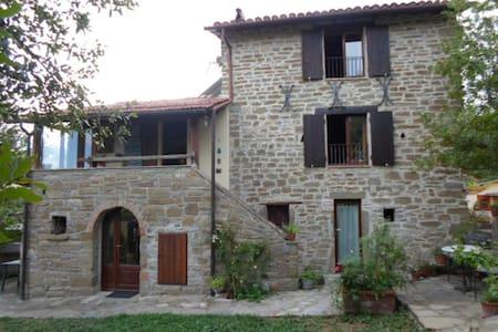 Gli Allori: Casale in pietra nel bosco - Gubbio