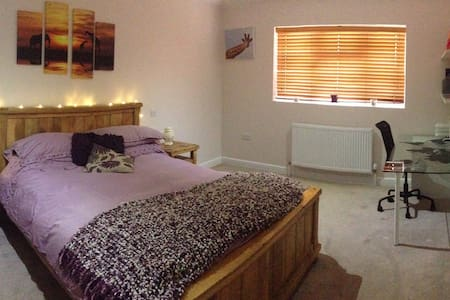 Bedroom with Ensuite & Small Lounge - Cranfield