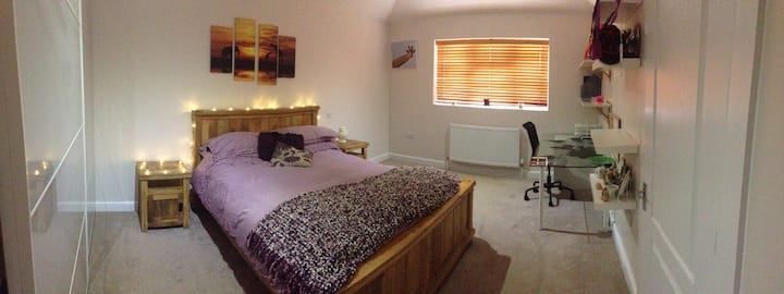 Bedroom with Ensuite & Small Lounge