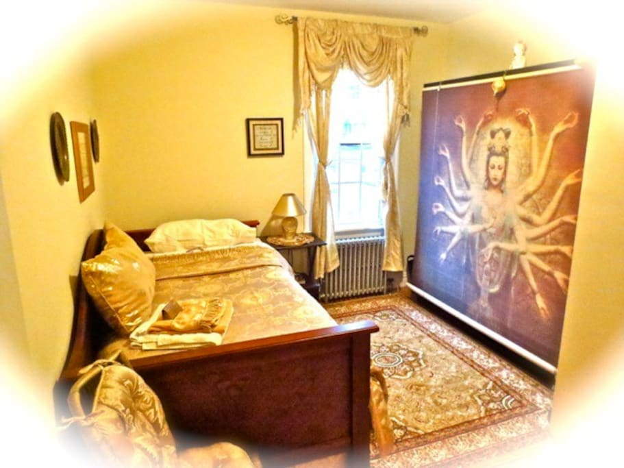 The Goddess Room - the other room available upstairs: elegant and cosy!