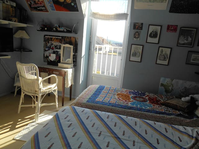 Big room with twin beds.Town view. Near Paris. - Limay - Huis