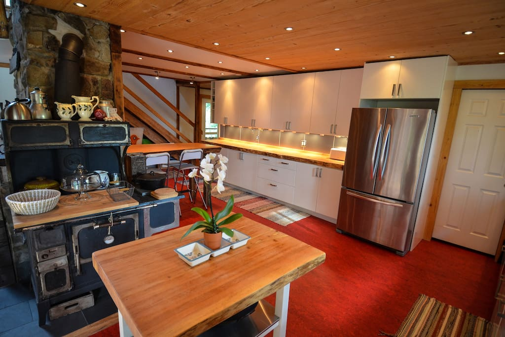 Modern, well-equipped kitchen, with plenty of room for everyone.