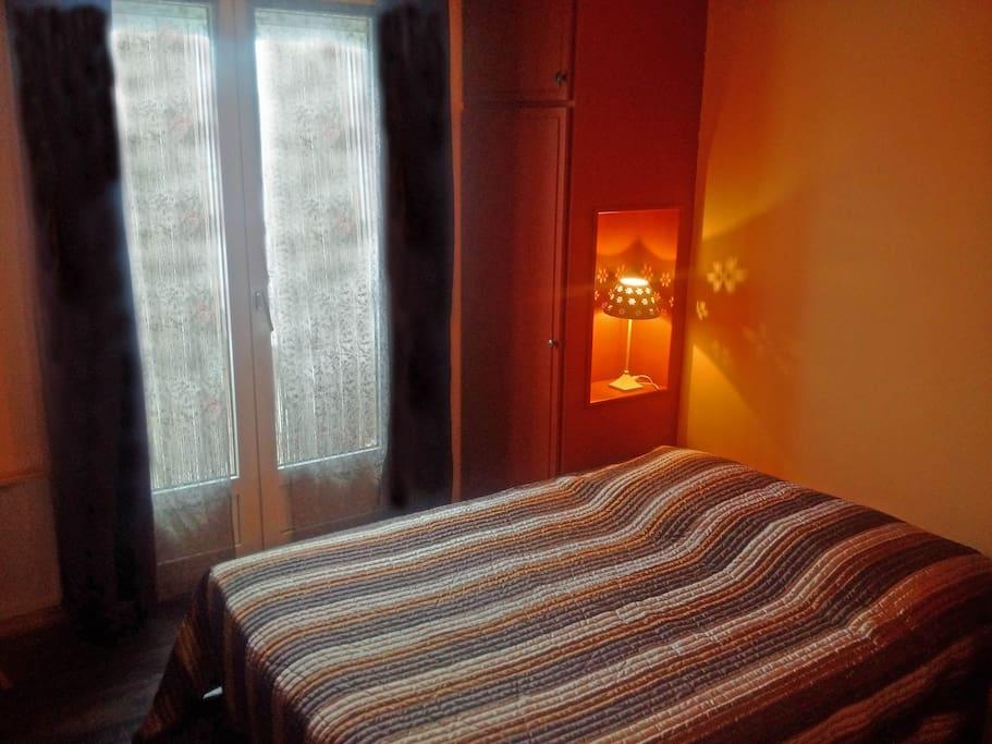 chambre avec 1 lit matrimonial.