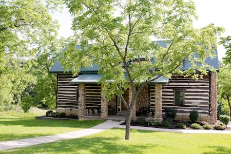 The Quinn Cabin Private Balcony - Wright City