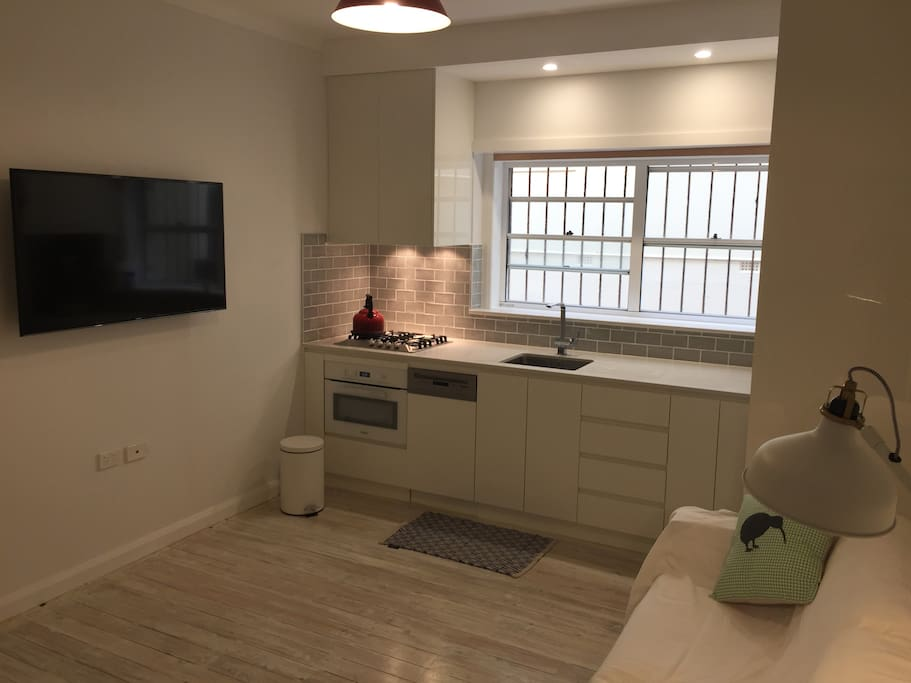 Large UHD TV, foxtel, wireless internet, new miele oven/microwave and dishwasher.