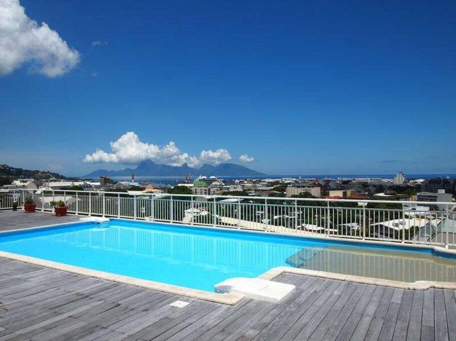 La piscine de la résidence avec vue sur Papeete et Moorea