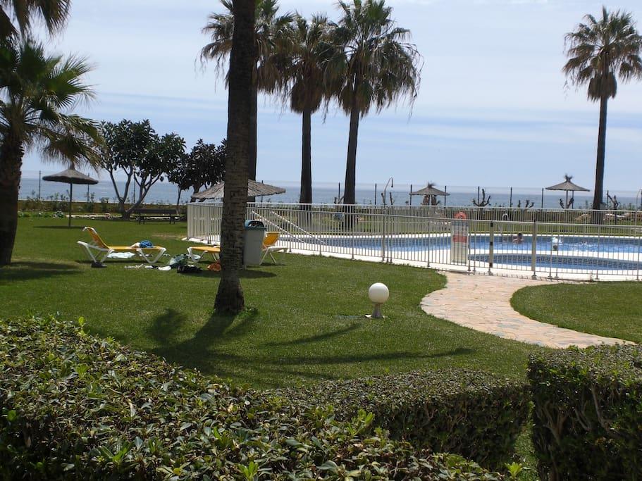 La terraza del apartamento frente a la piscina.