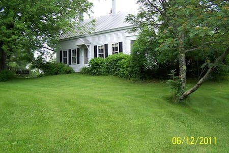 Charming 1830s farmhouse /ski house - Kingfield
